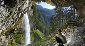 Keiner muss in Obertauern im Sommer in einer Höhle übernachten. Aber der Blick von dort zum Johanneswasserfall ist spektakulär.