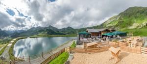 Eine Hütte, ein See, die Berge und ein Kinderspielplatz. Was braucht man mehr für einen Familienurlaub?